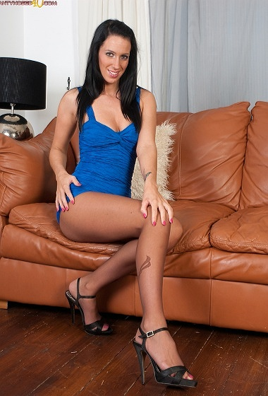 Tammy Lee - Ripped hose hottie!