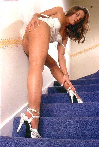 Elisabeth - Statuesque on the stairs!